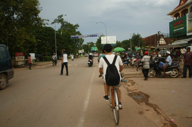 Bersepeda di Siem Reap (pemuda berkaos putih itu adalah Wataru Saito)
