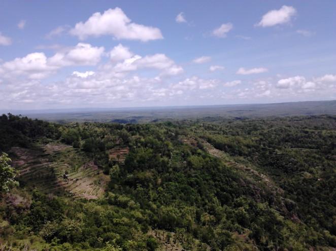 Panorama Kebun Buah Mangunan dengan samudera lepas yang mengintip di ujung cakrawala
