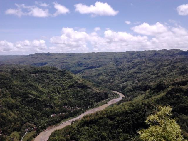 Pemandangan sungai berkelok dari gardu pandang