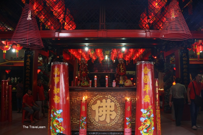 Altar sembahyang Vihara Dharma Jaya (Toa Se Bio)