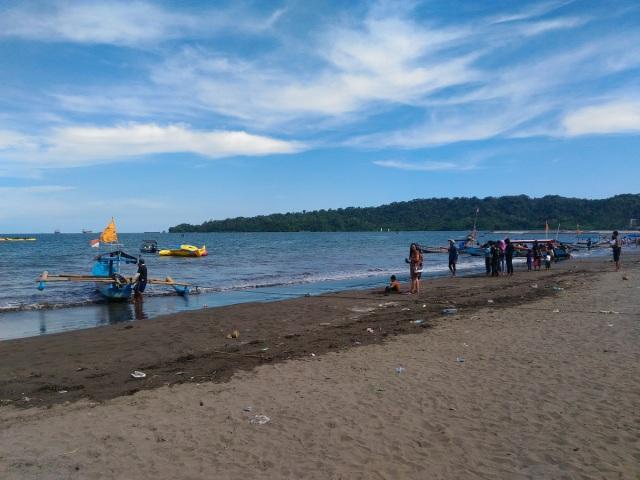 Suasana Pantai Teluk Penyu di siang yang terik