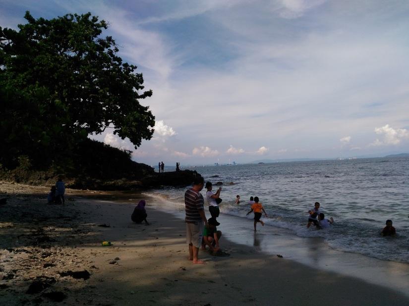 Beberapa pengunjung yang mengusir sepi di pantai