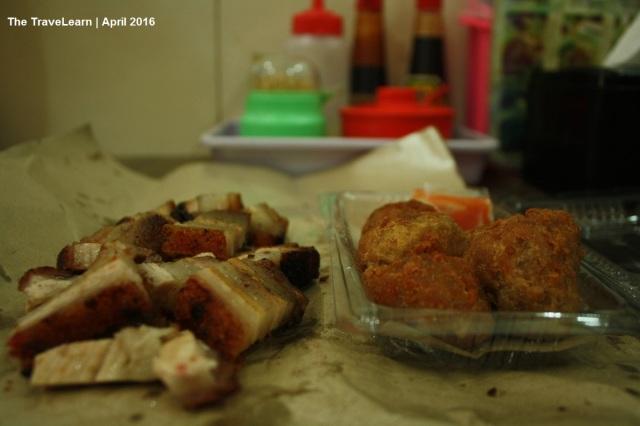 Bakso goreng babi dan babi panggang sebagai teman bersantap