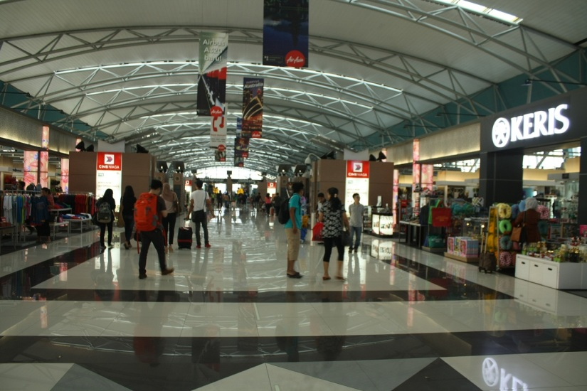 Stores on second floor before the departure gate