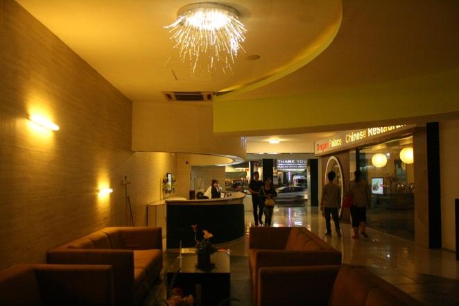 Lobi Papa Ho Hotel yang tampak mewah dan elegan saat malam