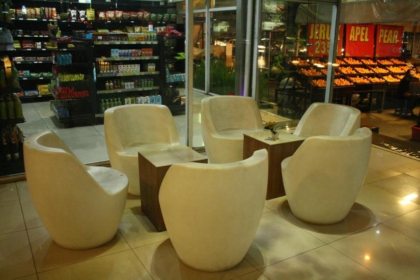 Area duduk dan minimarket Papa Ho Hotel