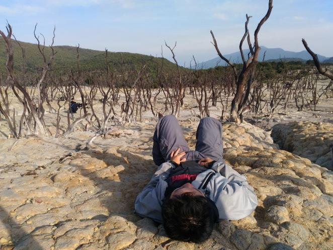 Berbaring di atas tanah berbatu Hutan Mati