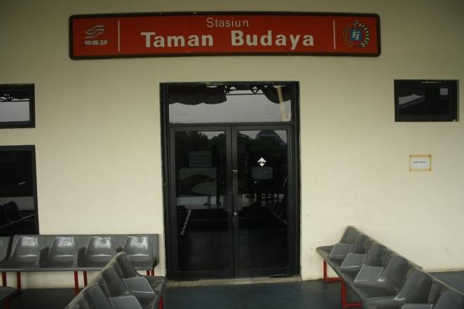 Tempat duduk penumpang di peron aeromovel