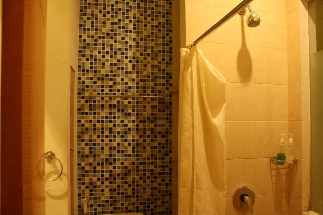 Kamar mandi, mencakup wastafel dan shower