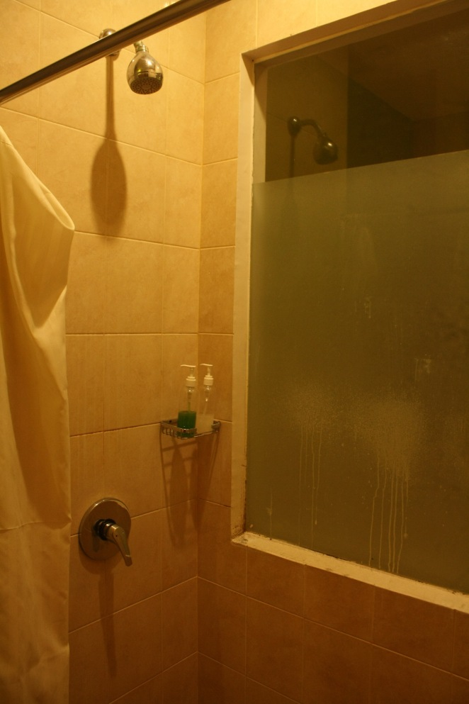 Shower dengan satu sisi dinding kaca