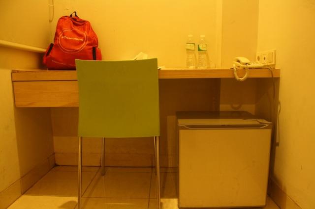Kursi, meja kerja, dan freezer