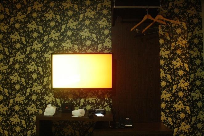 Televisi dan gantungan baju, Gloria Suites Jakarta