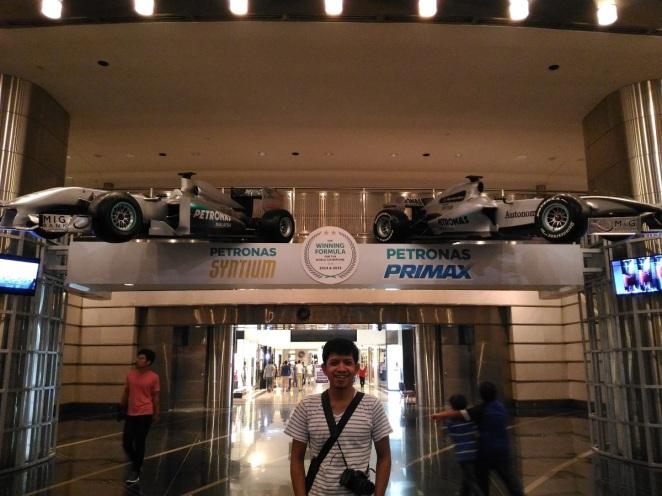 Berpose di depan ikon otomotif Malaysia