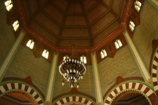 Desain interior Masjid Raya Medan diisi 8 pilar berdiameter 0.6 meter yang menyangga kubah utama