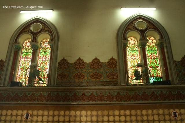 Jendela Masjid Raya Medan dengan kayu dan kaca patri, khas arsitektur art-nouveau