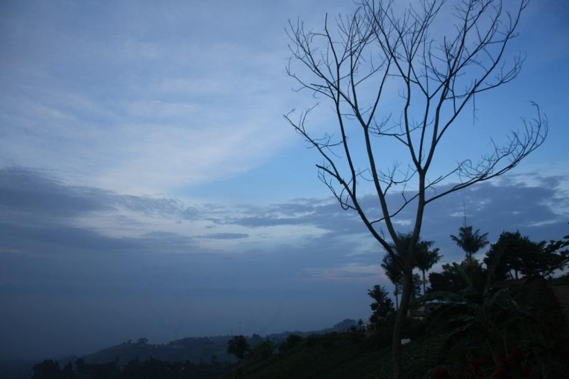Bawa bekal air minum ke Bukit Moko, Bandung, harga minuman di sana mahal.