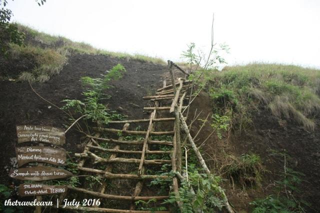 Tangga kayu menuju puncak Nglanggeran