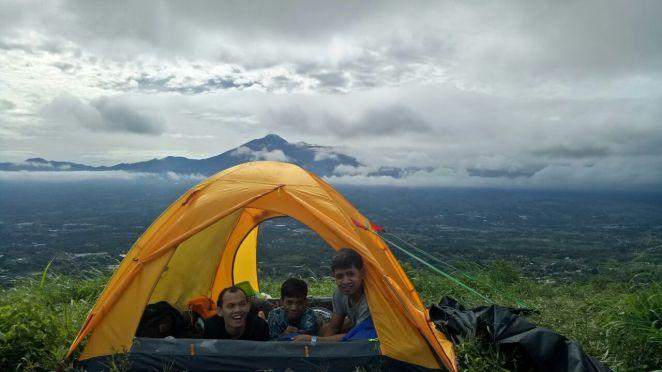 Kayak gini nih asyiknya camping di Bukit Alesano
