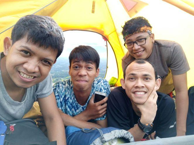 Mas-mas hore di dalam tenda Bukit Alesano