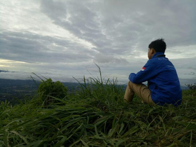 Terduduk menikmati pemandangan pagi Bukit Alesano (diambil diam-diam oleh Jabbar)