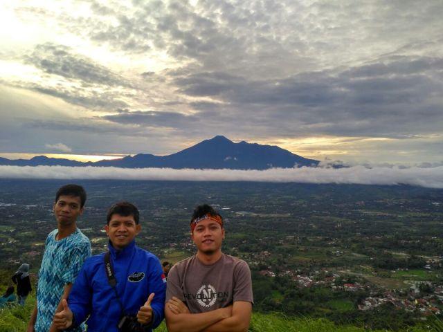 Berfoto dengan latar Gunung Gede