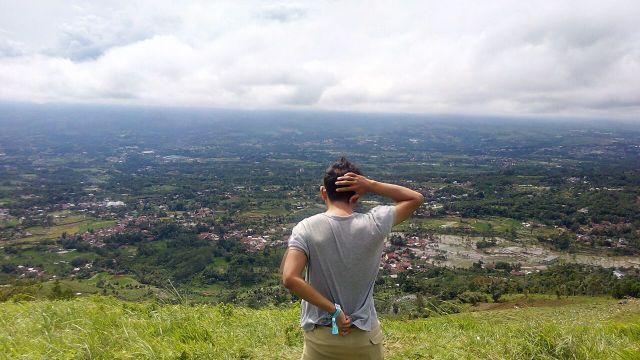 Pose backgenic andalan di Bukit Alesano