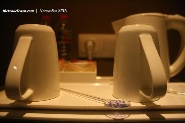 cangkir, kopi sachet, teh celup, gula, krimer, dan pemanas air
