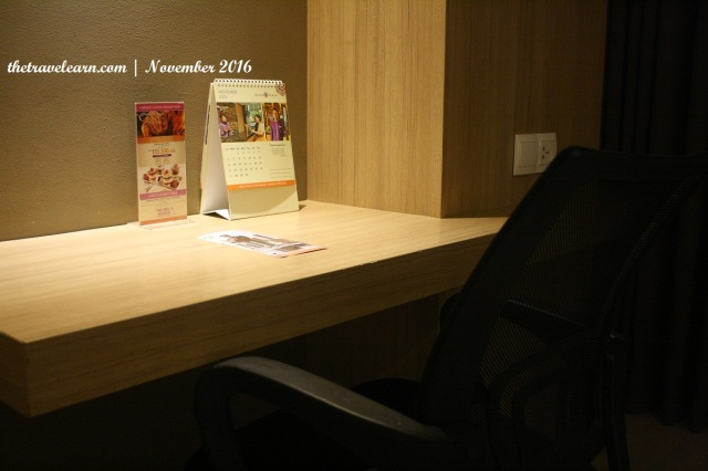 Meja dan kursi kerja Hotel Grand Tjokro Bandung