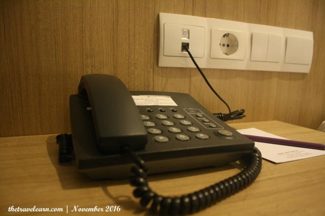 Pesawat telepon intra jaringan dan colokan listrik