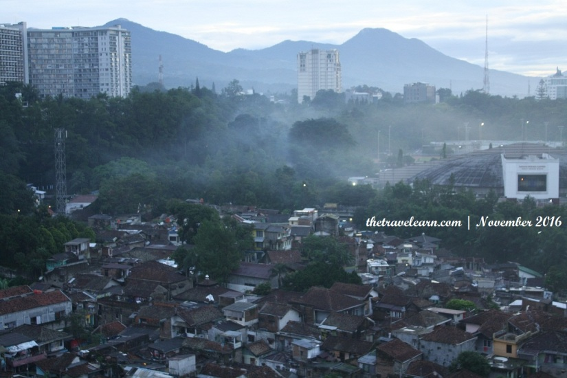 Saat kabut tipis beringsut mundur dari kota Bandung