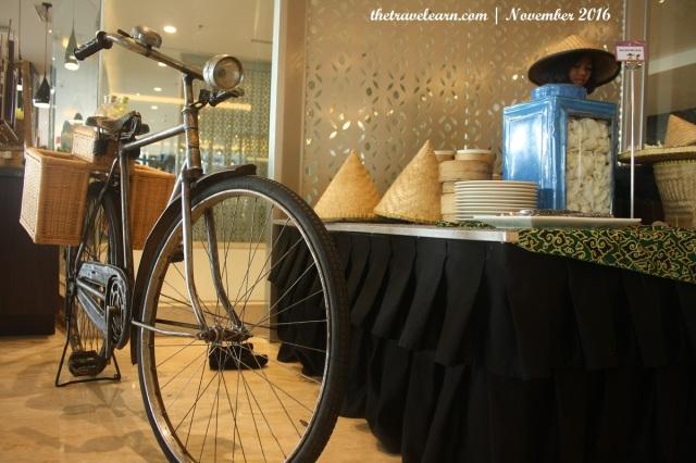 Sepeda Onthel dan mbak-mbak jamu sekaligus teteh karedok