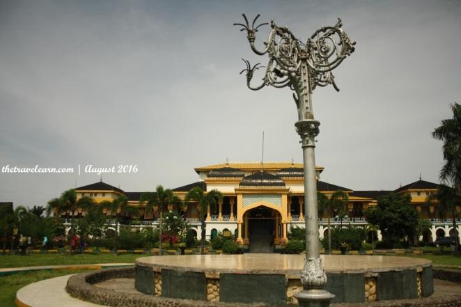 Istana Maimun, Medan, dan halaman luasnya