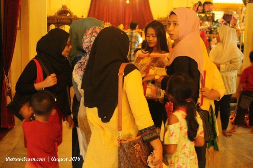Ibu-Ibu yang Sedang Diprospek Untuk Sewa Baju Adat Melayu