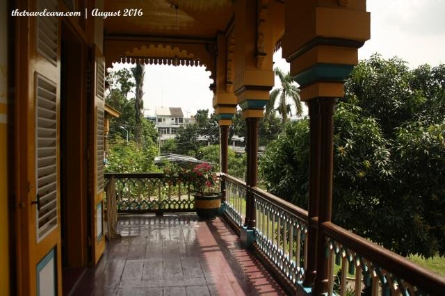 Melepas Pandang Melalui Bukaan Lebar di Balkon Istana Maimun
