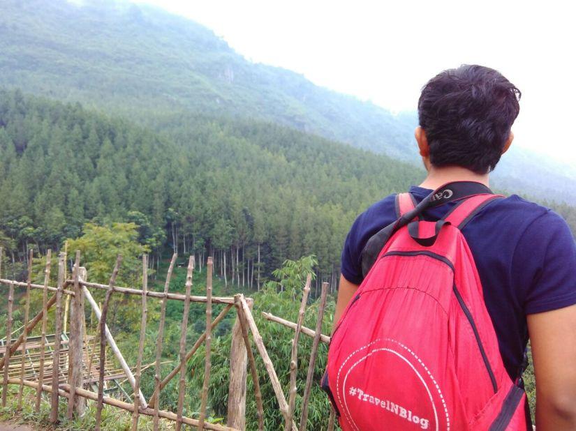 Dengan daypack kebanggan yang travel-blogger banget!