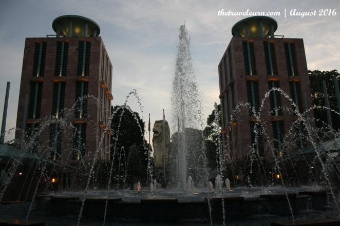 Ada banyak atraksi gratis di Pulau Sentosa, salah satunya adalah Merlion Plaza ini