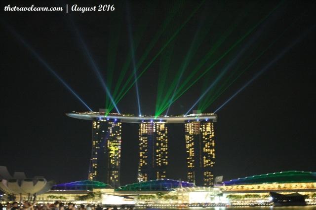 Pertunujukkan gratis Wonder Full at Marina Bay Sands, dilihat dari Merlion Park